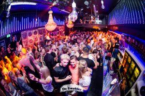 Dansende mensen in discotheek